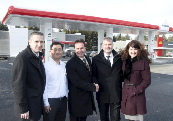 Petro-Canada a inauguré ses nouvelles installations du secteur... (Sylvain Mayer)