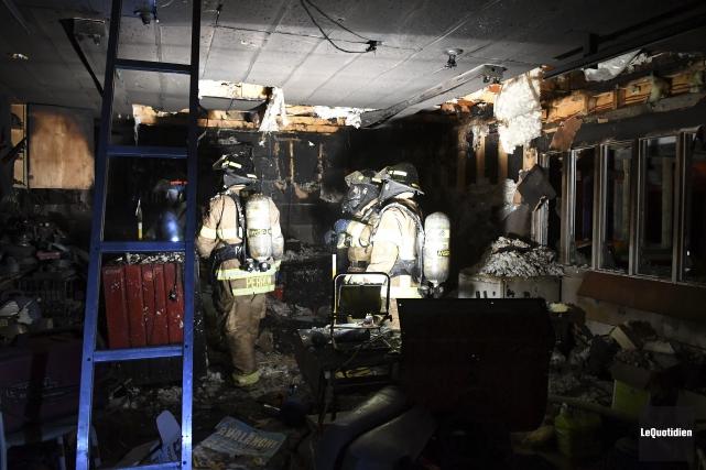 Un garage résidentiel a été détruit par un incendie, vendredi soir, à... (Photo Le Quotidien, Rocket Lavoie)