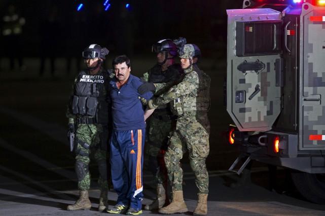 Des soldats mexicains escortent Joaquin «El Chapo» Guzman... (AP)