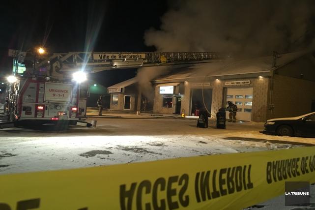 Un incendie s'est déclaré tard samedi soir, à Sherbrooke, alors que le Garage... (Photo La Tribune, Charles Beaudoin)