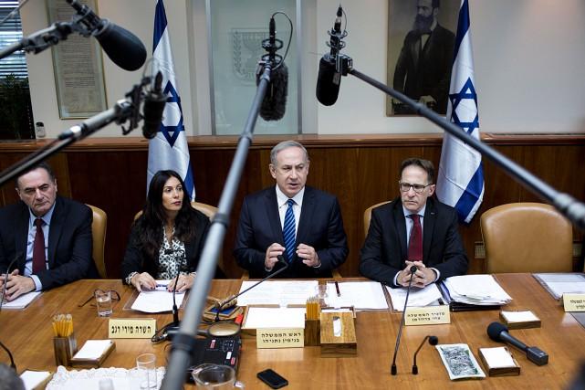 Le premier ministre israélien Benyamin Nétanyahou (au centre)est... (Photo Abir Sultan, AP)