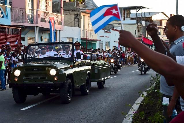 Le convoi transportant l'urne contenant les cendres de... (AFP, Ronadlo Schemidt)