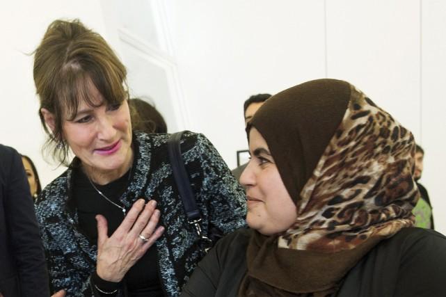 La ministre de l'immigration, Kathleen Weil, en compagnie... (La Presse canadienne, Graham Hughes)