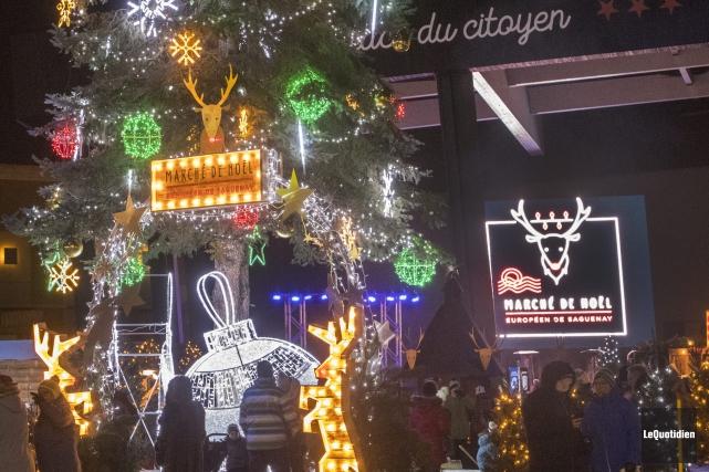 Le marché de Noël à la Place du... (Photo Le Quotidien, Michel Tremblay)