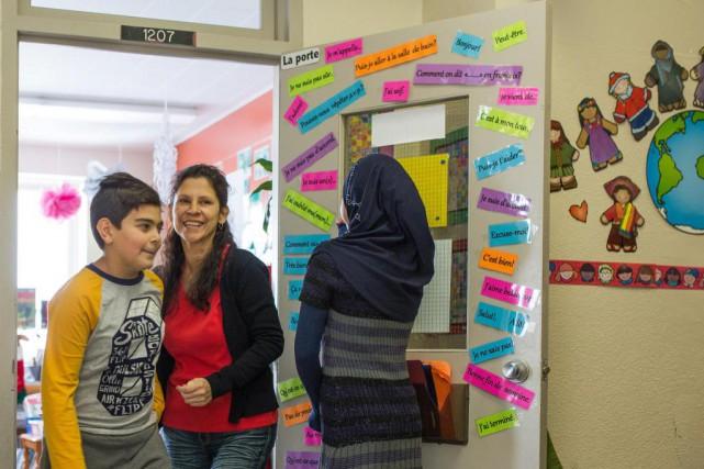 Un jeune Syrien et son enseignante Patricia Guzman.... (PHOTO SIMON GIROUX, LA PRESSE)