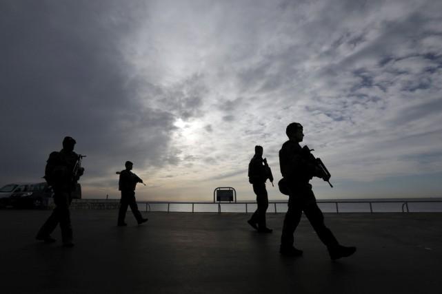 Des soldats français patrouillent sur la Promenade des... (photo Eric Gaillard , REUTERS)