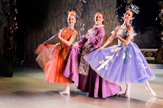 L'animatrice Julie Snyder en compagnie des ballerines qui... (PHOTO BERNARD BRAULT, LA PRESSE)