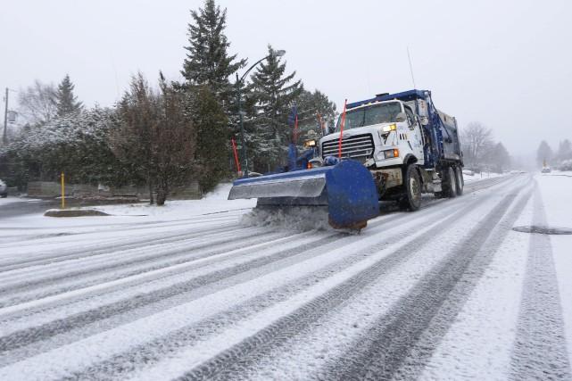 La chaussée est enneigée ou partiellement enneigée, lundi,... (Simon Séguin-Bertrand, Archives Le Droit)