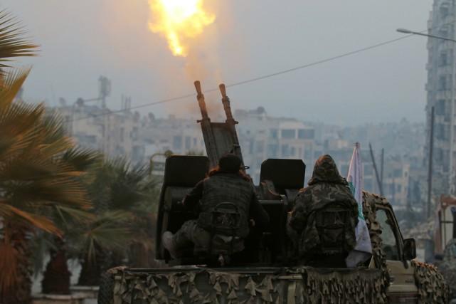 Des combattants de l'Armée syrienne libre font feu... (photo Abdalrhman Ismail, REUTERS)