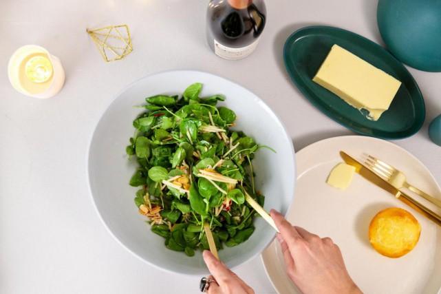 Salade decresson, depommes etd'amandes et petitpain demaïs auvieux... (Photo Hugo-Sébastien Aubert, La Presse)