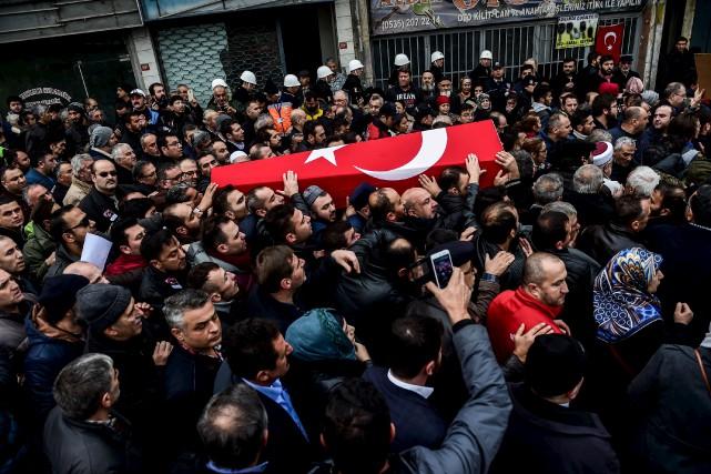 La foule transporte le cercueil d'une des 44... (AFP, Yasin Akgul)