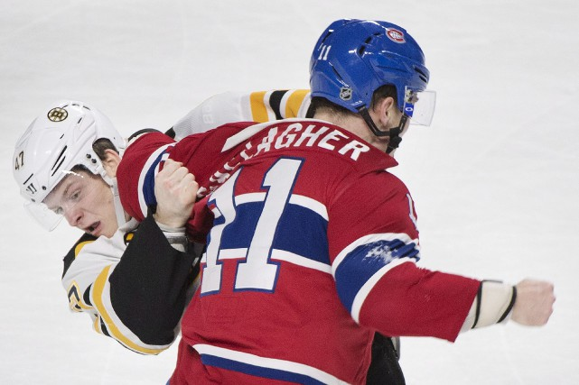 Dans une scène typique de la rivalité Canadien-Bruins,... (La Presse canadienne, Graham Hughes)