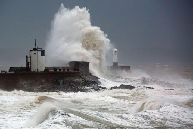Les vagues les plus hautes surviennent plus souvent... (photo GEOFF CADDICK, archives AFP)
