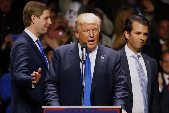 Donald Trunp entouré de ses fils Eric (à... (REUTERS)