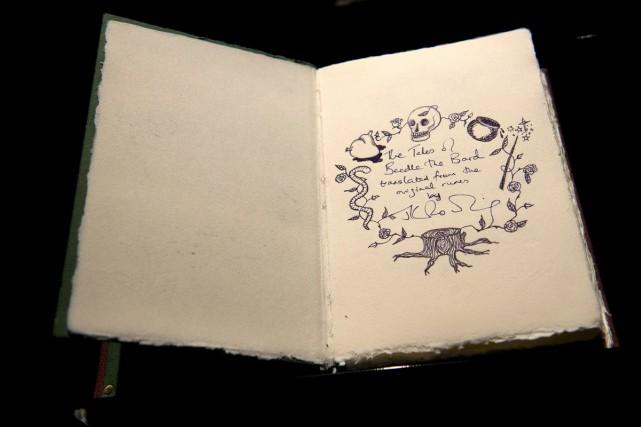 Un rare exemplaire des Contes de Beedle le barde, un recueil écrit et... (PHOTO AFP)