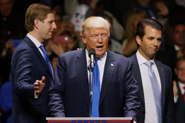Donald Trump entouré de ses fils Eric (à... (PHOTO REUTERS)