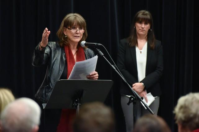 L'écrivaine shawiniganaise Louise Lacoursière et à droite, Julie... (Photo: Le Nouvelliste, François Gervais)