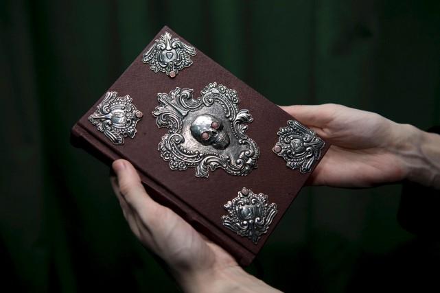 Le livre est doté d'une reliure en cuir... (AFP, Justin Tallis)