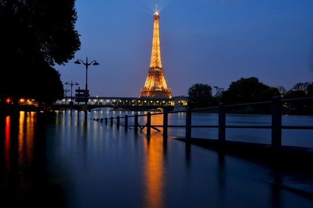 La tour Eiffel accueilleenviron six millions de visiteurs... (AFP, Bertrand Guay)