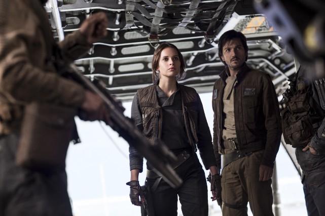 Felicity Jones et Diego Luna dans une scène... (PHOTO ARCHIVES AP)