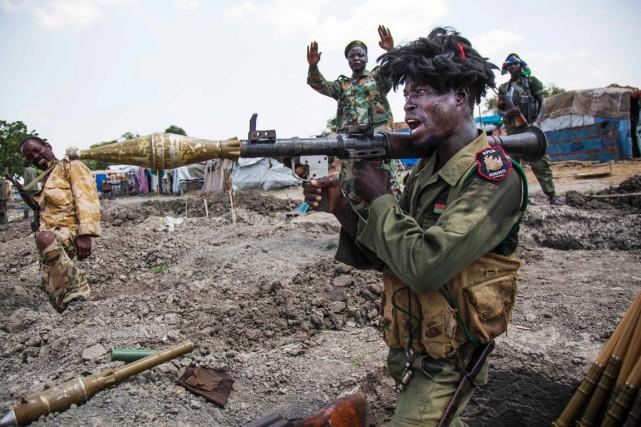 Des soldats de l'armée sud-soudanaise célèbrent une bataille... (photo Albert Gonzalez Farran, archives AFP)
