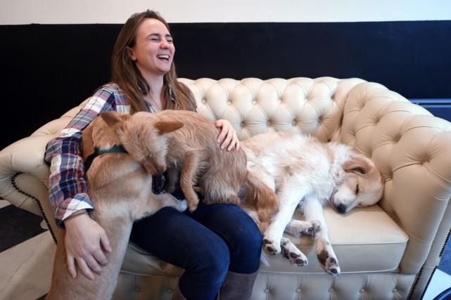 Ophélie Poillon et ses chiens.... (PHOTO AFP)