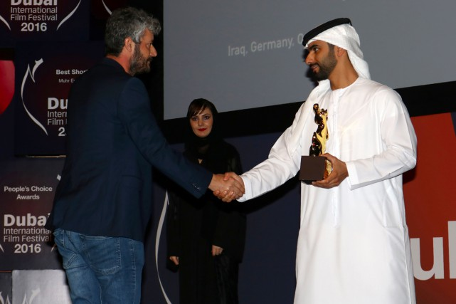 Le réalisateur kurde Hussein Hassan (à gauche) reçoit... (PHOTO AFP)