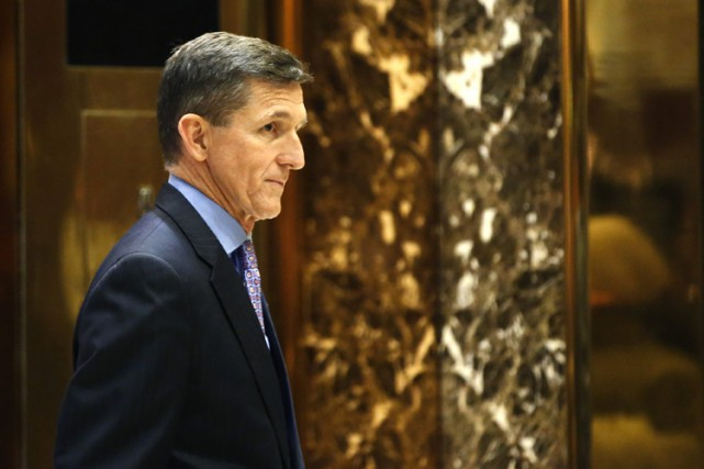 Michael Flynn dans le lobby de la Trump... (PHOTO AP)