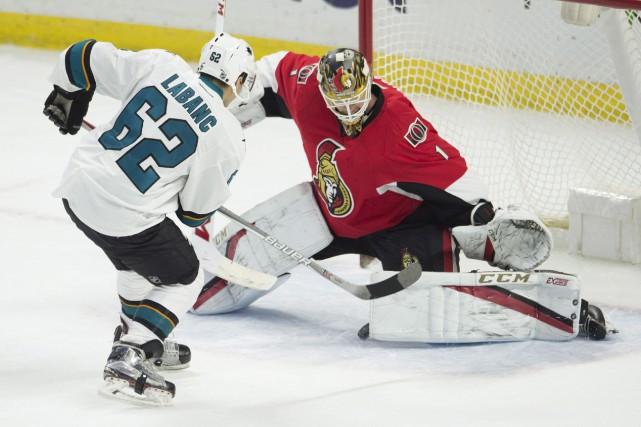 Kevin Labanc a battu Mike Condon pour le... (Adrian Wyld, La Presse canadienne)