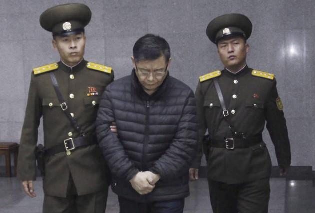 Le pasteur Hyeon Soo Lim est conduit àson... (La Presse Canadienne, Jon Chol Jin)