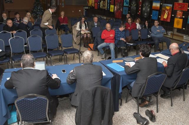 Une dizaine de personnes se sont déplacées mardi pour la consultation publique... (Spectre Média, Marie-Lou Béland)