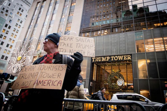 Chaque jour, des manifestants arpentent les trottoirs devant... (PHOTO ALAIN ROBERGE, LA PRESSE)