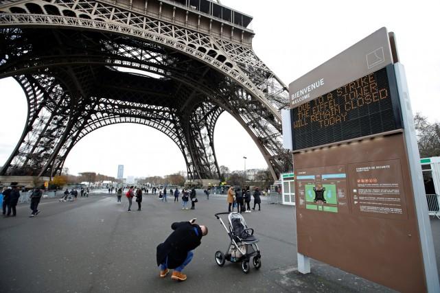 La Tour Eiffel, monument symbole de la capitale française, restait fermée aux... (PHOTO REUTERS)