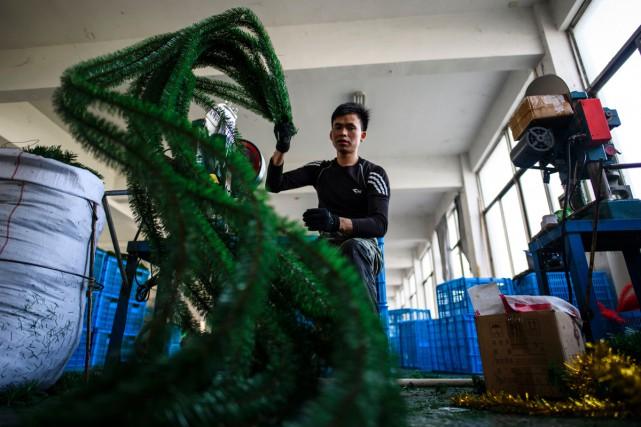 Dans une usine de sapins en plastique, des... (PHOTO AFP)