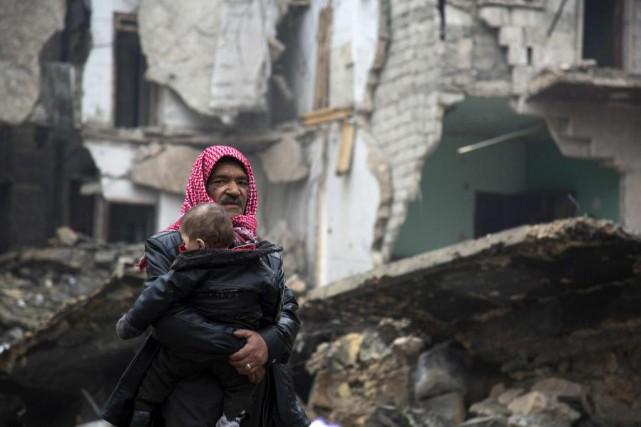 Des Syriens quittent la zone d'Alep contrôlée par... (PHOTO KARAM AL-MASRI, AGENCE FRANCE-PRESSE)