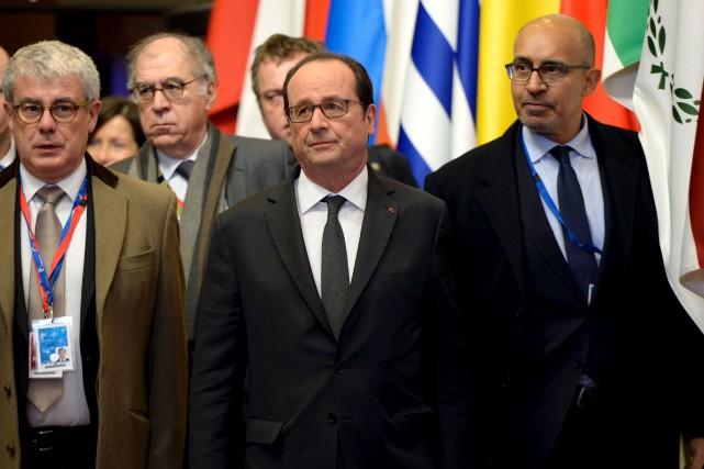 François Hollande à la sortie d'une rencontre des... (AFP)