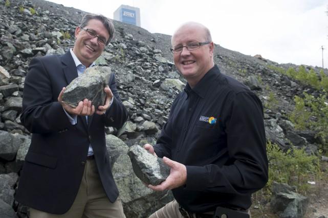 Le maire d'Asbestos, Hugues Grimard, à droite sur... (Spectre Média, René Marquis)