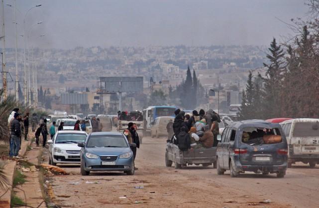 Des civils et des rebelles évacués d'Alep-Est se... (AFP, Omar haj kadour)