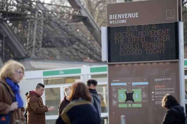 La grève à la Tour Eiffel, fermée depuis mardi en raison d'un mouvement social... (PHOTO AP)