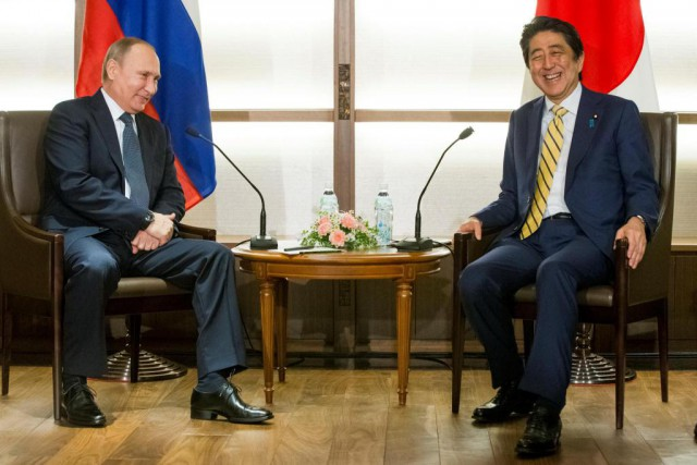 Le président russe Vladimir Poutine est reçu par... (PHOTO ALEXANDER ZEMLIANICHENKO, REUTERS)