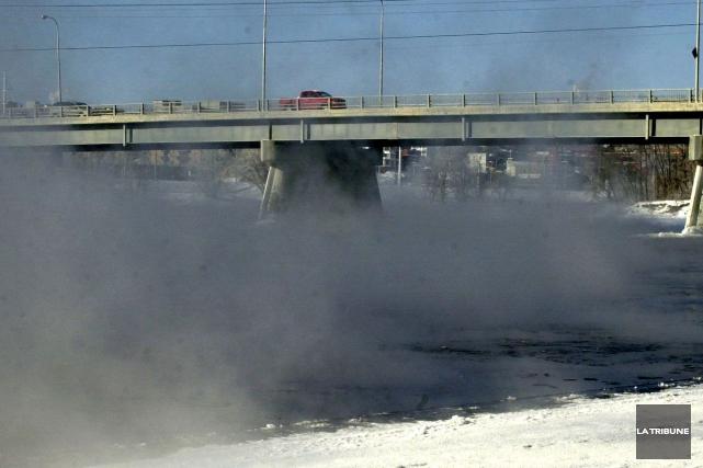 Une collision frontale sur le pont Joffre a perturbé la circulation, vendredi... (Archives La Tribune, Maxime Picard)
