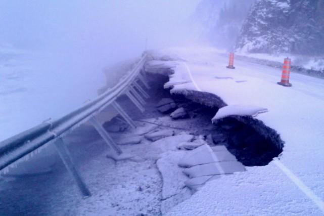 Les grandes marées ont emporté la chaussée et... (Photo fournie par le MTQ)