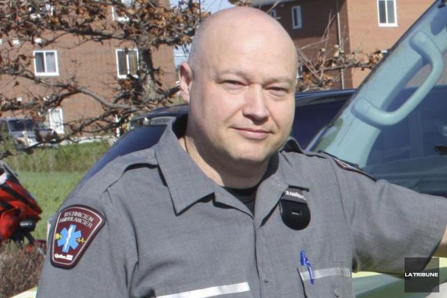 Le policier militaire, pompier et ambulancier Éric Turcotte... (La Tribune, Yanick Poisson)