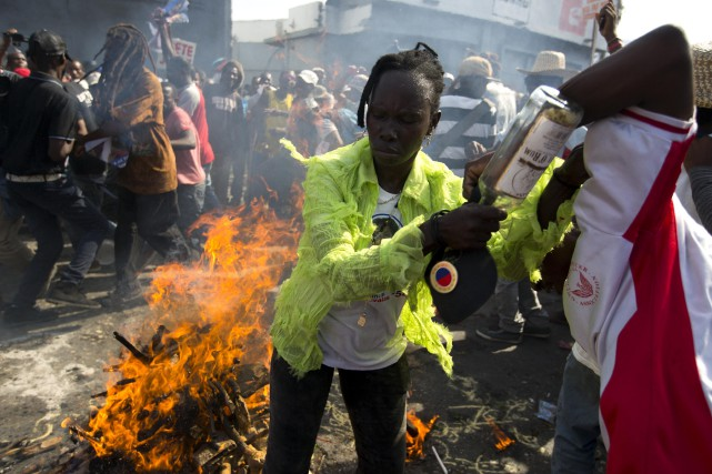 Une partisane de la candidate Maryse Narcisse accomplit... (Photo Dieu Nalio Chery, AP)