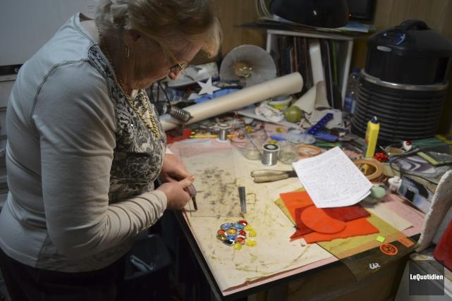 Gervaise Simard conçoit des vitraux scellés dans le... (Le Quotidien, Louis Potvin)