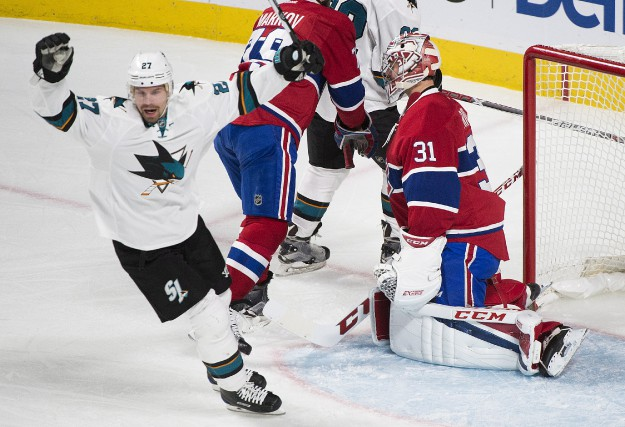 Joonas Donskoi (27) des Sharks marque dans le... (La Presse canadienne, Graham Hughes)