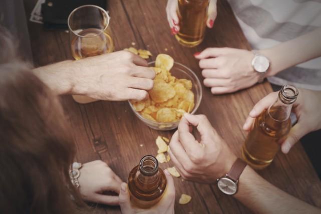 De l'alcool, de la musique pis ben des... (123RF)