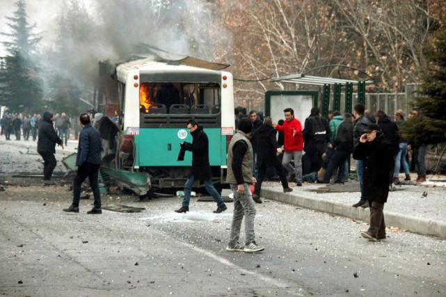 De premières images télévisées montraient un bus réduit... (PHOTO Turan Bulut, AGENCE Ihlas/ REUTERS)