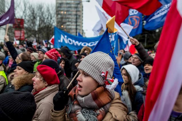 Plusieurs milliers d'opposants au gouvernement conservateur de Droit... (AFP)
