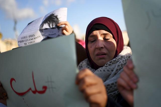 Une femme pleure durant une manifestation en support... (AFP, Anne-Christine Poujoulat)
